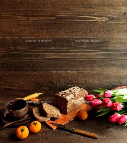 黒パンとチューリップの写真素材 [FYI01158775]
