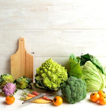 ロマネスコとブロッコリーと野菜とまな板の写真素材 [FYI01158785]