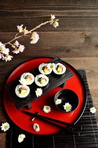 赤いおぼんの上の太巻き寿司の写真素材 [FYI01158814]