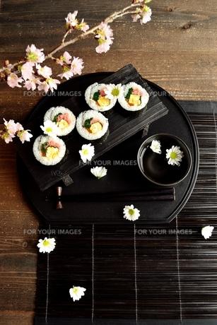 黒いおぼんの上の太巻き寿司の写真素材 [FYI01158815]