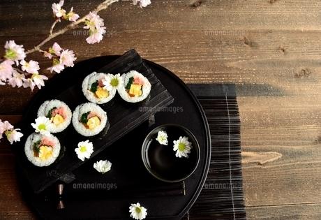 黒いおぼんの上の太巻き寿司の写真素材 [FYI01158816]