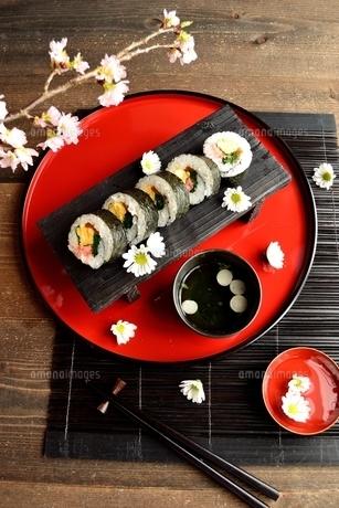 赤いおぼんの上の太巻き寿司の写真素材 [FYI01158817]