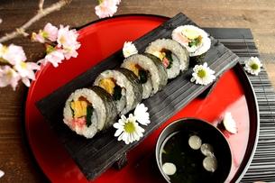 赤いおぼんの上の太巻き寿司の写真素材 [FYI01158818]