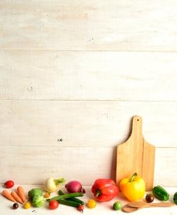 カラフルな野菜とまな板 白木材背景の写真素材 [FYI01158823]
