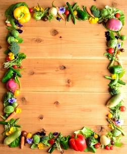 野菜とエディブルフラワー 木材背景の写真素材 [FYI01158829]