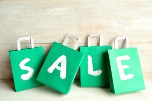 グリーンのショッピングバッグ セール文字入りの写真素材 [FYI01158842]