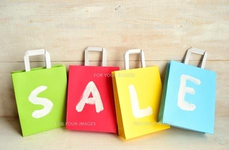 パステルカラーのショッピングバッグ セール文字入りの写真素材 [FYI01158844]
