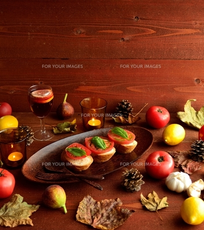 トマトのブルスケッタとフルーツ 茶色木材背景の写真素材 [FYI01158855]