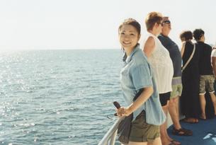 船上の女性の写真素材 [FYI01159343]