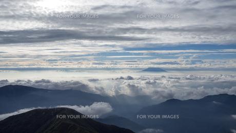 山頂 雲海の写真素材 [FYI01159393]