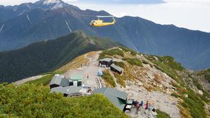 山頂 ヘリコプターの写真素材 [FYI01159396]