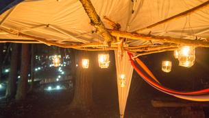 キャンプ テント ランタンの写真素材 [FYI01159398]