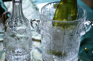ガラスボトルとワインクーラーの写真素材 [FYI01159534]
