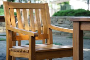 晴れた庭の椅子とテーブルの写真素材 [FYI01159541]