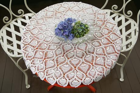 部屋の丸いテーブルと椅子の光景の写真素材 [FYI01159545]