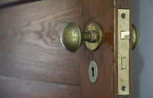 部屋の古い木製のドアのノブの写真素材 [FYI01159549]