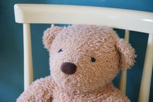 椅子の上に飾られたクマのぬいぐるみの写真素材 [FYI01159550]