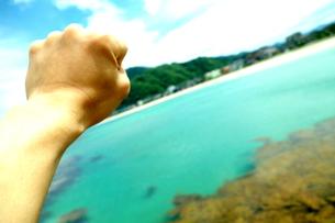 海でガッツポーズの写真素材 [FYI01159621]