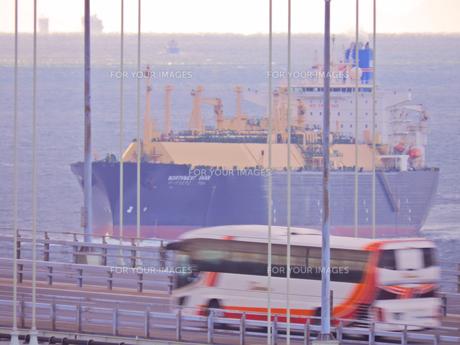 明石海峡大橋で交差の写真素材 [FYI01159742]