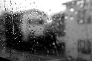 雨 モノクロの写真素材 [FYI01159883]