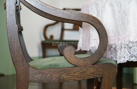 木製の椅子の肘掛の写真素材 [FYI01159973]