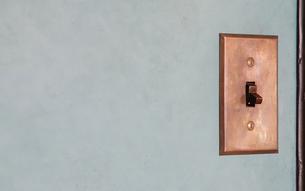 家の壁のコンセントの写真素材 [FYI01159975]