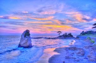 ダイヤモンド富士が見える日の立石の写真素材 [FYI01160231]