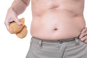 肥満体シニアたい焼きを食べるの写真素材 [FYI01160421]