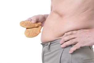 肥満体シニアたい焼きを食べるの写真素材 [FYI01160422]