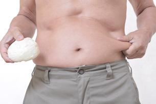 肥満体シニア肉まんを食べるの写真素材 [FYI01160437]