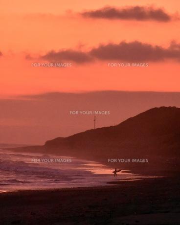 夕焼けと海の写真素材 [FYI01160490]