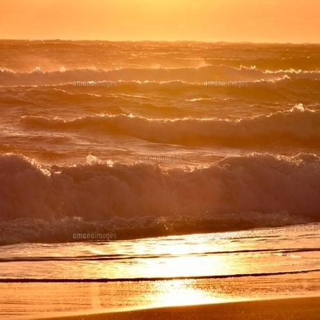 夕焼けに染まる海の写真素材 [FYI01160491]