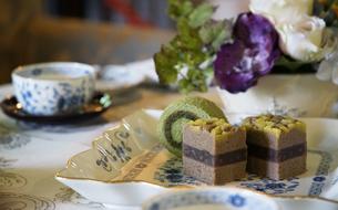 テーブルの上の食器とケーキの写真素材 [FYI01160492]