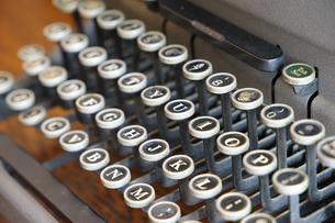 古いタイプライターのキーの写真素材 [FYI01160497]