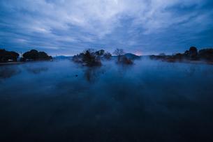 流れる雲と朝靄の写真素材 [FYI01160539]
