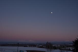 夕暮れの雪山と上弦の月 大雪山の写真素材 [FYI01160590]