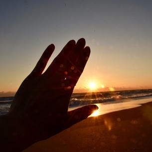 夕陽と手の写真素材 [FYI01160604]