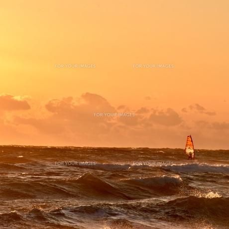 夕焼けに染まる海の写真素材 [FYI01160606]