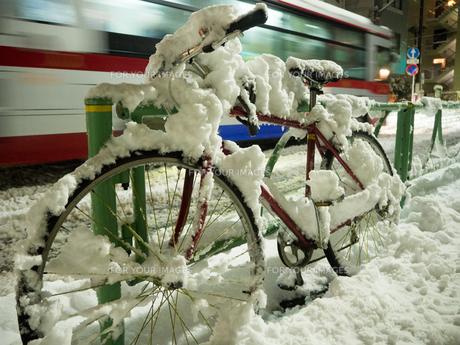 雪 自転車の写真素材 [FYI01160826]