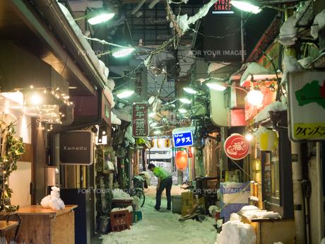 飲屋街 雪の写真素材 [FYI01160827]