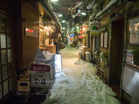 飲屋街 雪の写真素材 [FYI01160828]