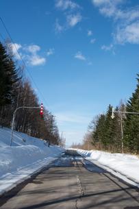 雪が溶けた春の道路の写真素材 [FYI01160873]