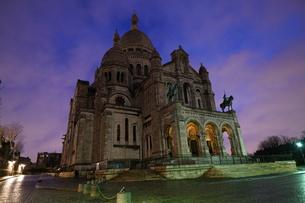 雨上がりの夜明けのサクレクール寺院の写真素材 [FYI01161231]