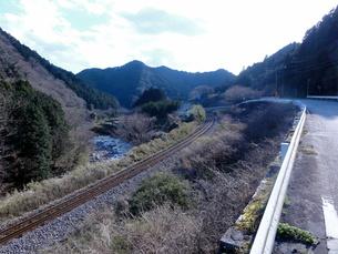 山の間を走る線路の写真素材 [FYI01161355]