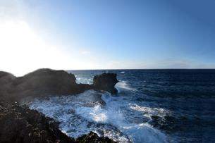 残波岬の白波の写真素材 [FYI01161453]