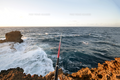 残波岬の白波の写真素材 [FYI01161456]