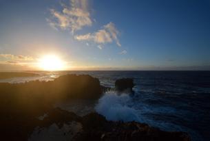 残波岬の白波の写真素材 [FYI01161457]