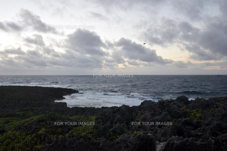 残波岬の白波の写真素材 [FYI01161465]