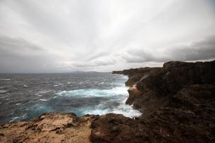 残波岬の白波の写真素材 [FYI01161473]