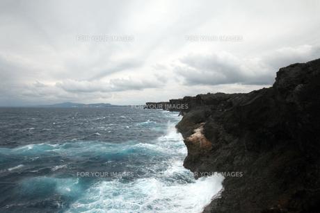 残波岬の白波の写真素材 [FYI01161474]